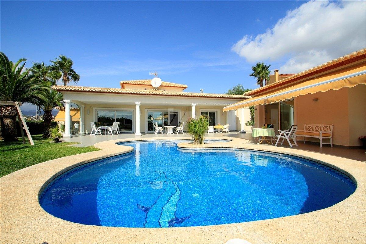 Luxus-Villa zum Verkauf in Calpe, Blick auf das Meer.